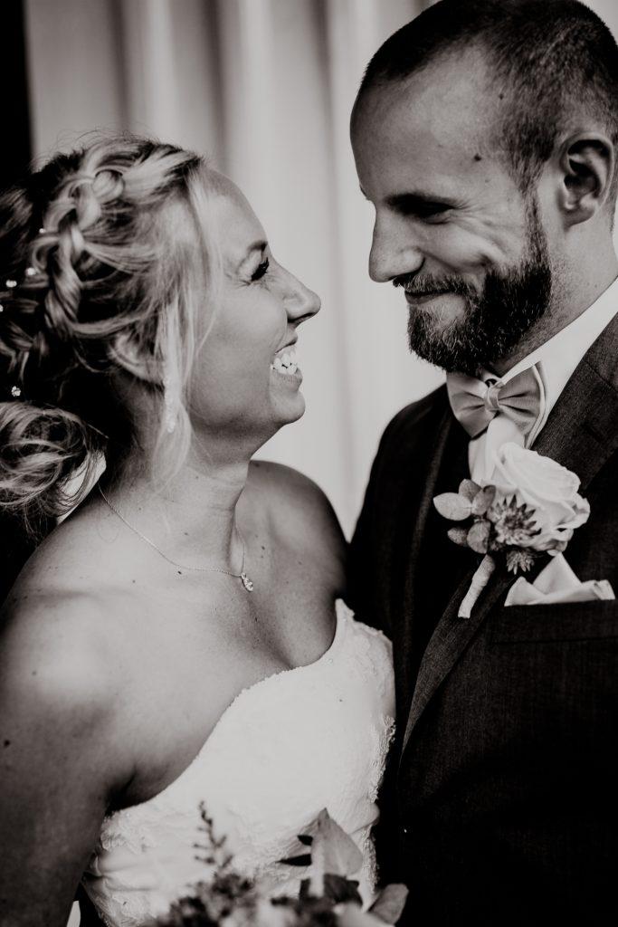 Naturlig bröllopsfotografering med leenden vid ett bröllop vid Gustafsberg i Uddevalla