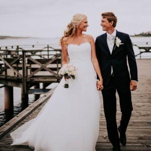 Gående par som tittar kärleksfullt på varandra vid en bröllopsfotografering i Kungsbacka utanför Göteborg