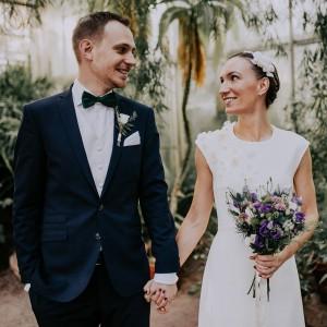 Bröllopsfotograf i Göteborg fotar ett leende brudpar vid ett bröllop i Botaniska Trädgårdens växthus