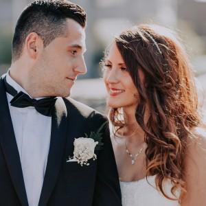 Bröllopsfotograf i Göteborg fotar ett brudpar vid ett stadsbröllop under sommaren med motljus