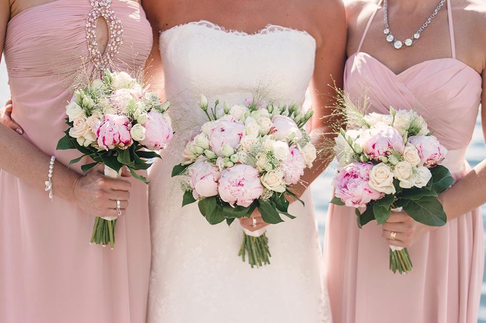 brudtarnor-klanningar-rosa-bukett