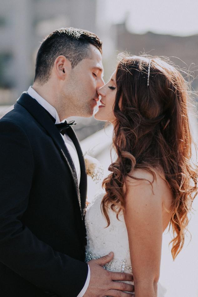 Porträtt på brudparets kyss vid ett bröllop i Göteborg på sommaren