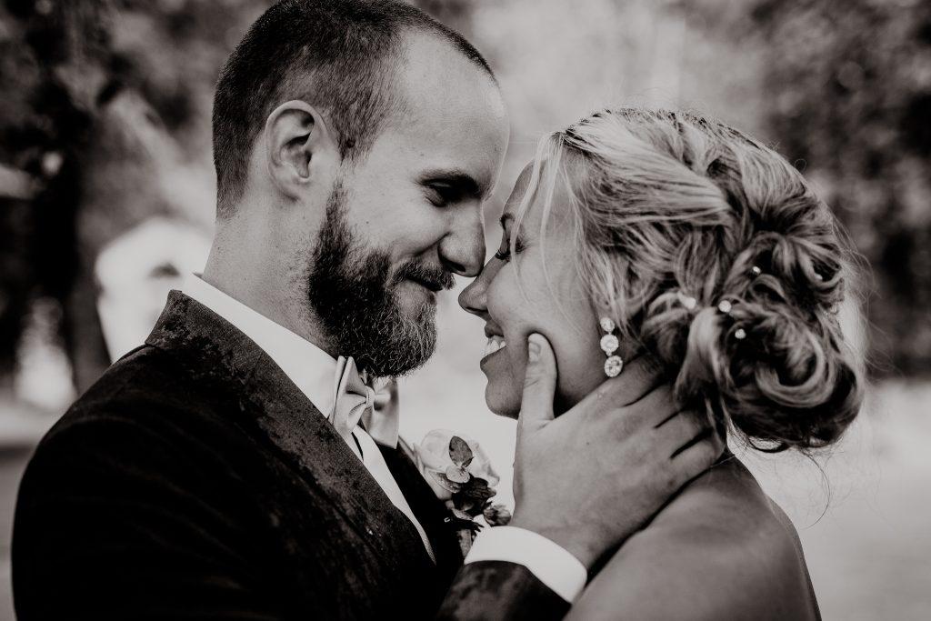 Bröllopsfotograf i Göteborg fotar brudpar i regnet