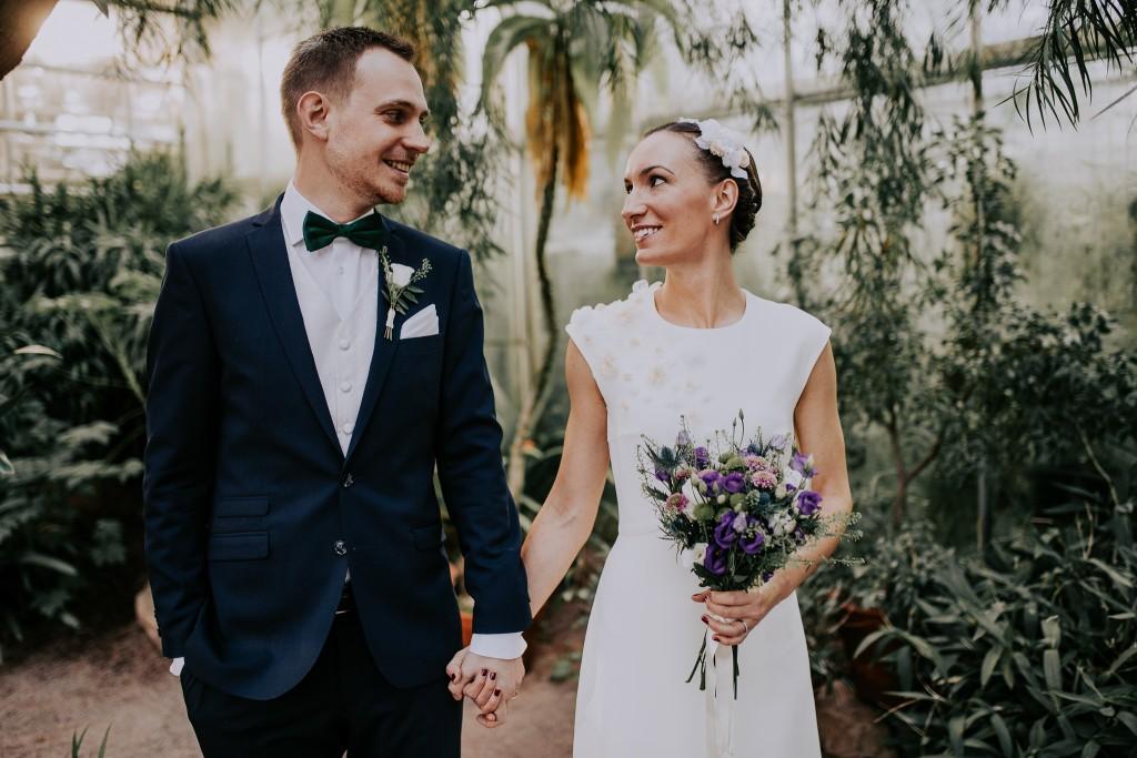 Lyckligt par vid en bröllopsfotografering i Göteborg