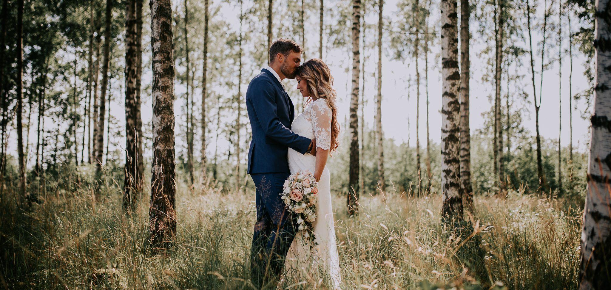 Bröllopsfotografering med brudpar i en björkskog på ett sommarbröllop taget av en bröllopsfotograf i Göteborg