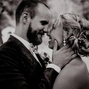 Känslosamma porträtt tagna av en fotograf vid ett bröllop i sommarregn i Göteborg
